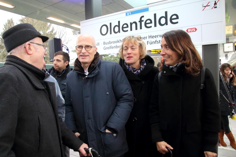 Bürgermeister Dr Peter Tschentscher tauscht sich mit Anwohnern aus