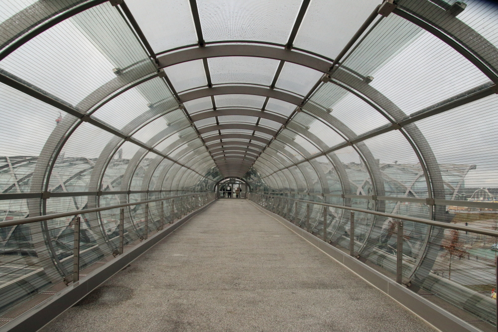 Skywalk als Verbindung zwischen U- und S-Bahn