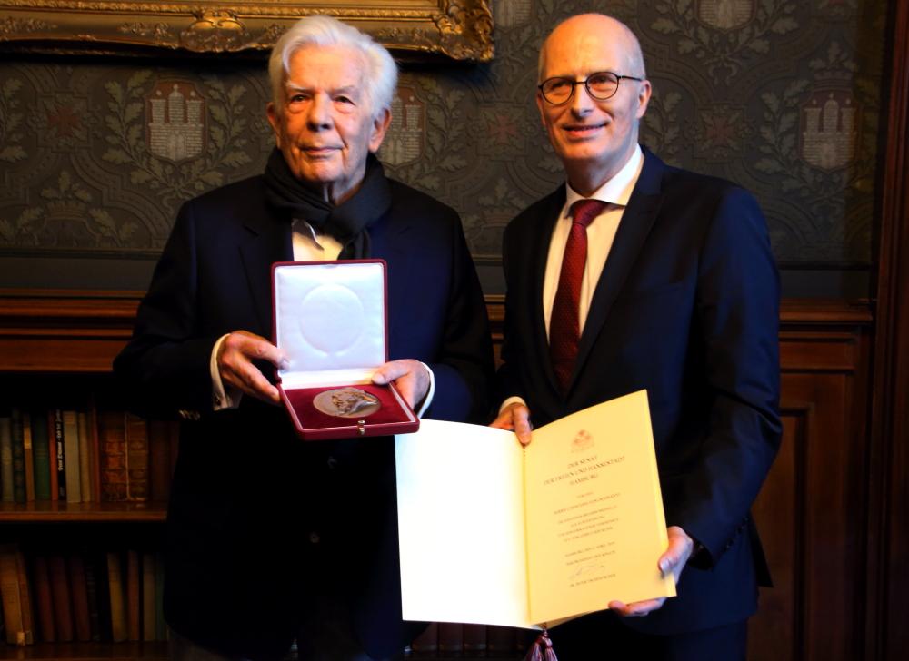 Christoph von Dohnányi erhält die Brahms-Medille von Bürgermeister Dr. Peter Tschentscher