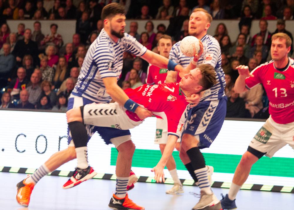 Der HSVH und Gummersbach liefern sich ein intensives Duell