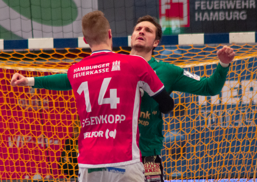Lukas Ossenkopp beglückwünscht Jonas Maier nach der entscheidenden Parade