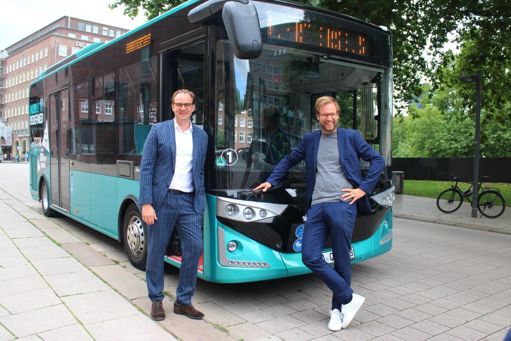 Henrik Falk und Anjes Tjarks vor dem Quartiersbus: